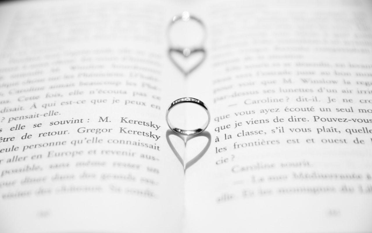 Histoire d'amour, alliances et ombres en forme de cœur