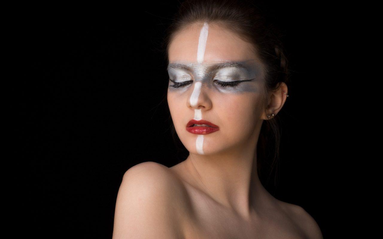 make up artiste argenté pour une séance photo artistique