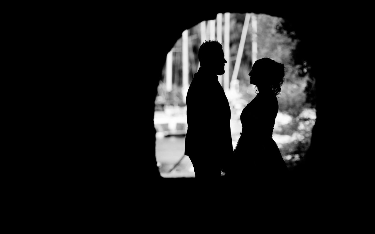 Couple jeune mariés en noir et blanc silhouette à Marseille