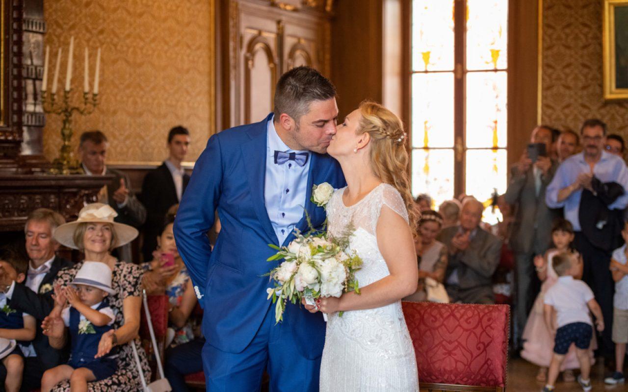Baiser du couple de jeune marié à la mairie de Monaco