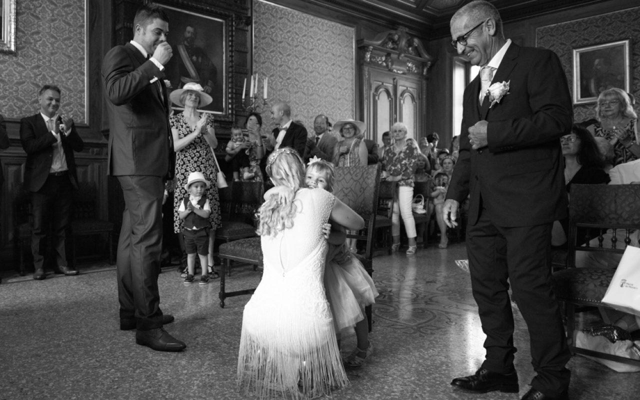 fille de la mariée qui embrasse sa mère après la célébration du mariage